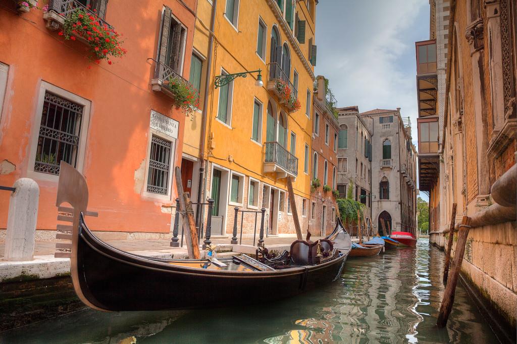 color-venice-gondola